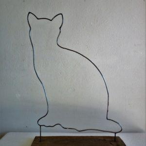 gatto-blu-tondino-di-ferro-su-base-di-legno